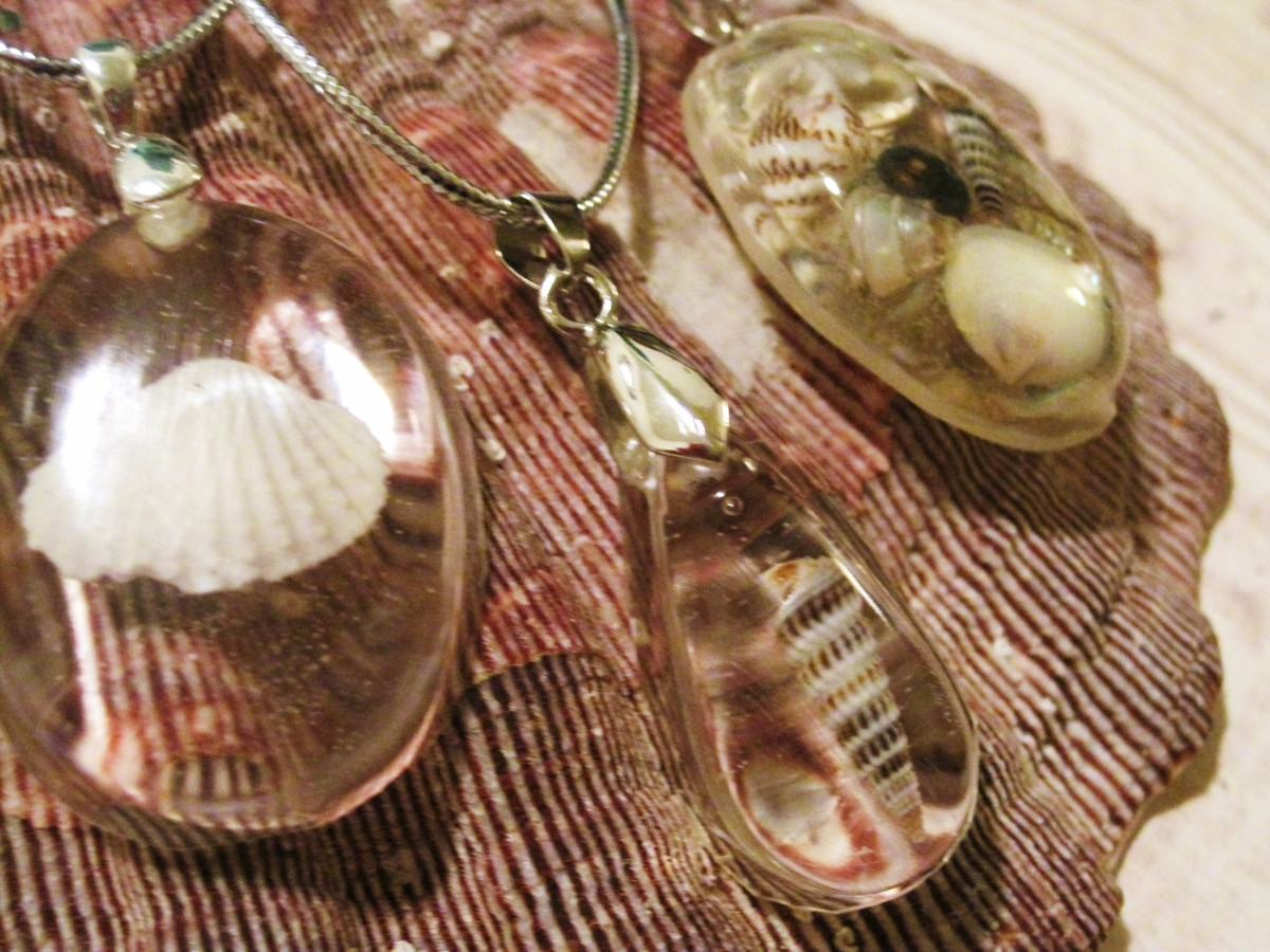 Seashell jewelry can be made with single shells or several in the same pendant.