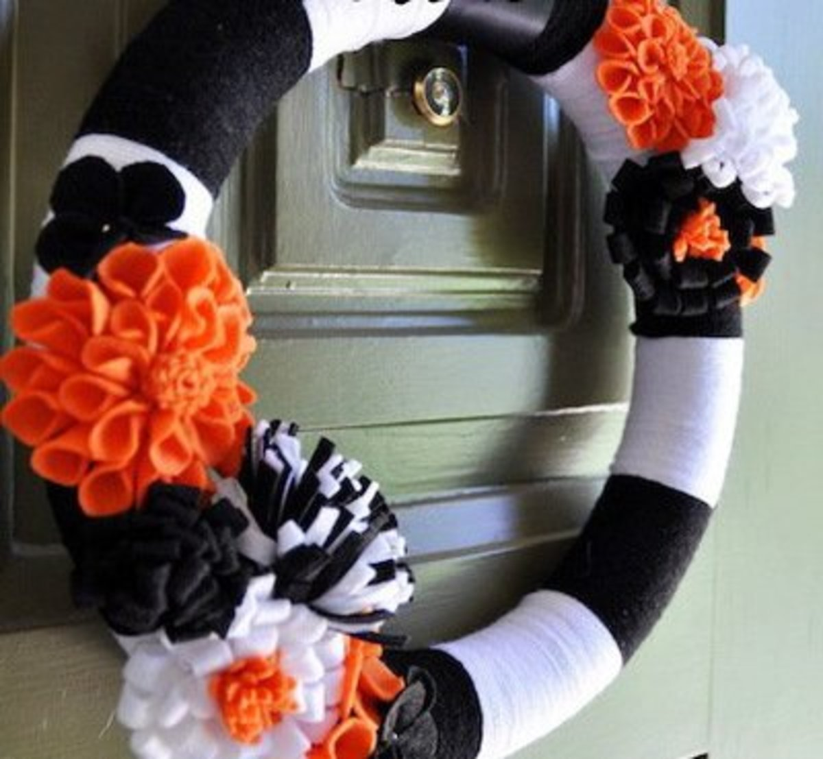 Halloween Door Wreaths | 27 Best Halloween Wreaths To Make Feltmagnet