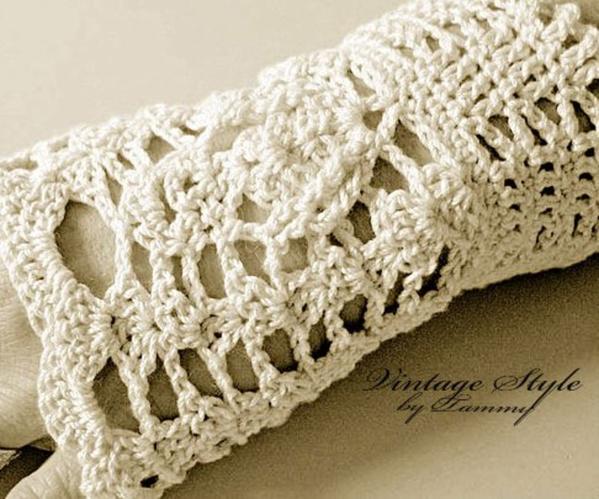 Fingerless gloves in antique vintage white.