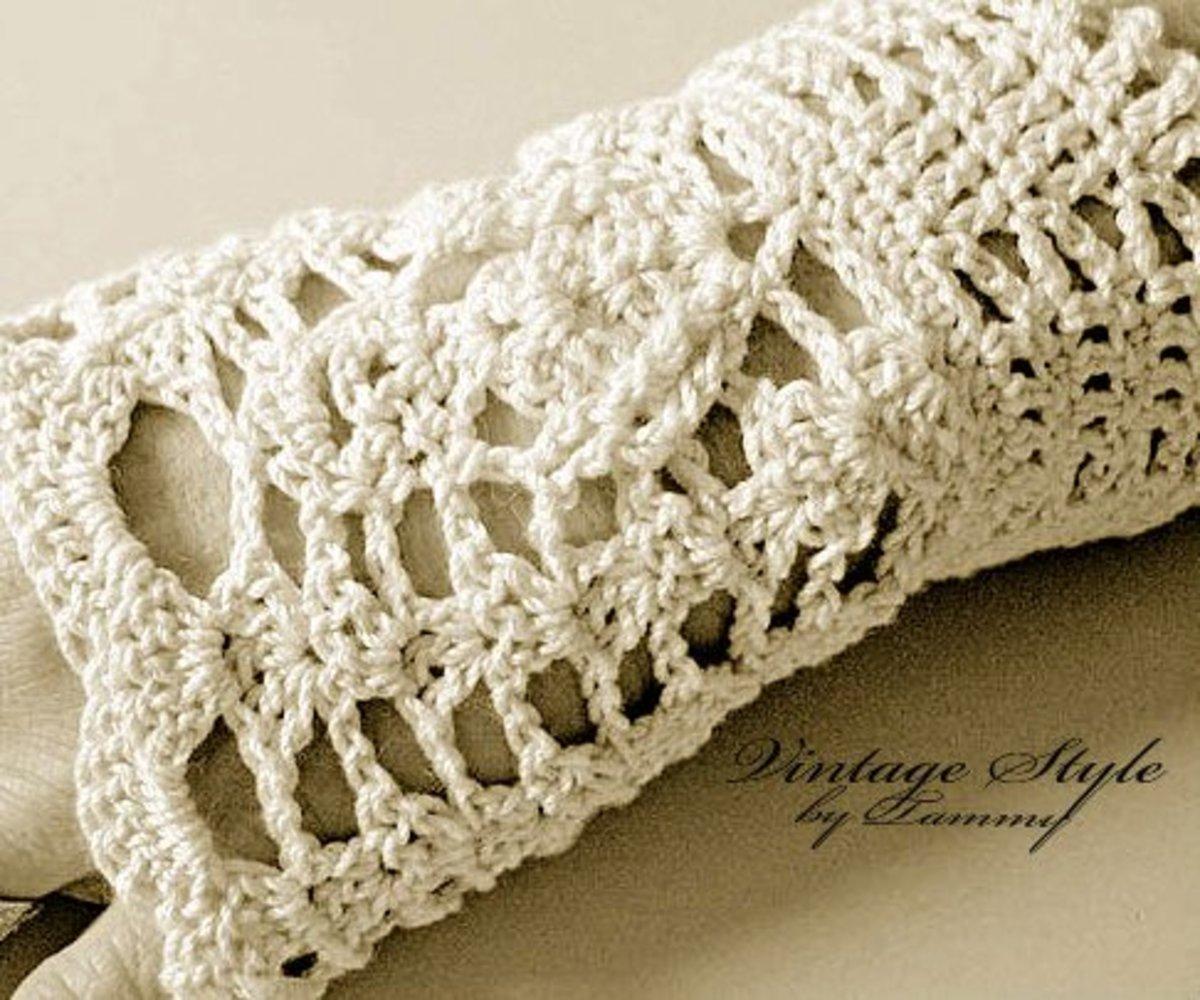 Fingerless gloves in antique vintage white.