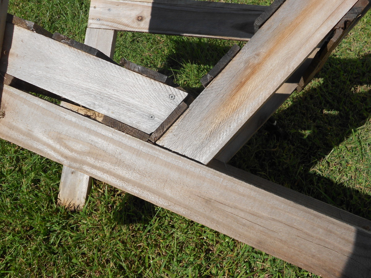 The beveled end cuts on the seat and back rest help the pallet chair fit together nicely.