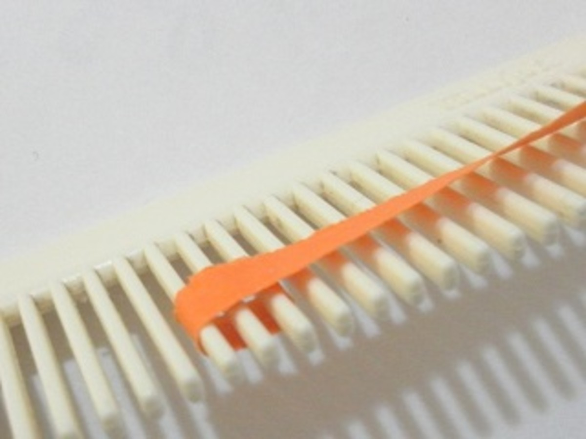 Wrap quilling paper around three prongs of the comb.