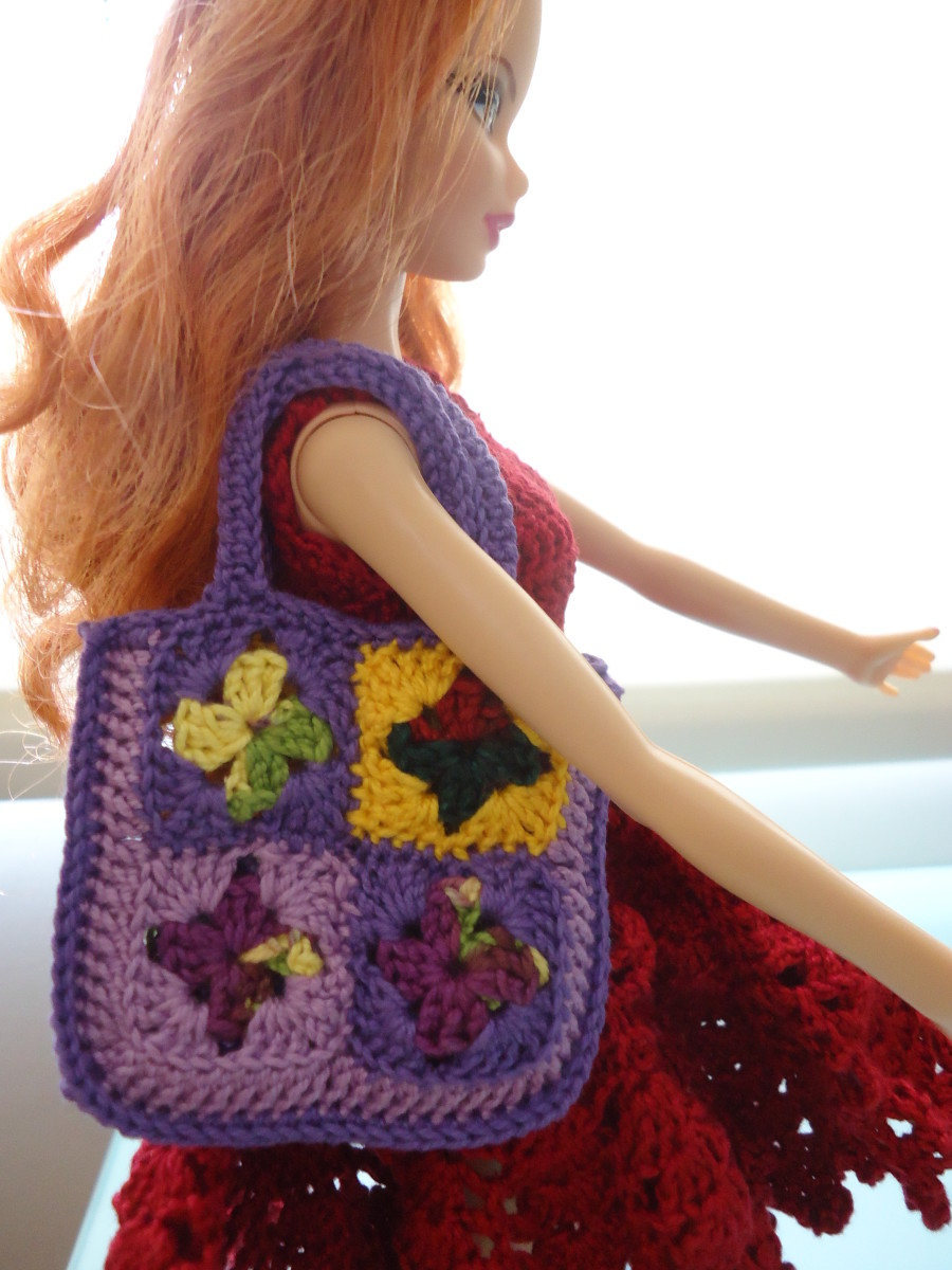 Barbie ready to go shopping with her very colorful tote bag.