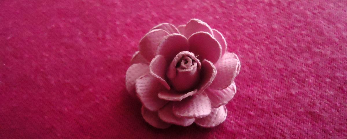 Клей последний под (скрученные стороны лицевой стороной вниз) и обязательно чередовать с лепестками уже наклеенных на и альт!  Ваш красивая роза ручной работы закончена.