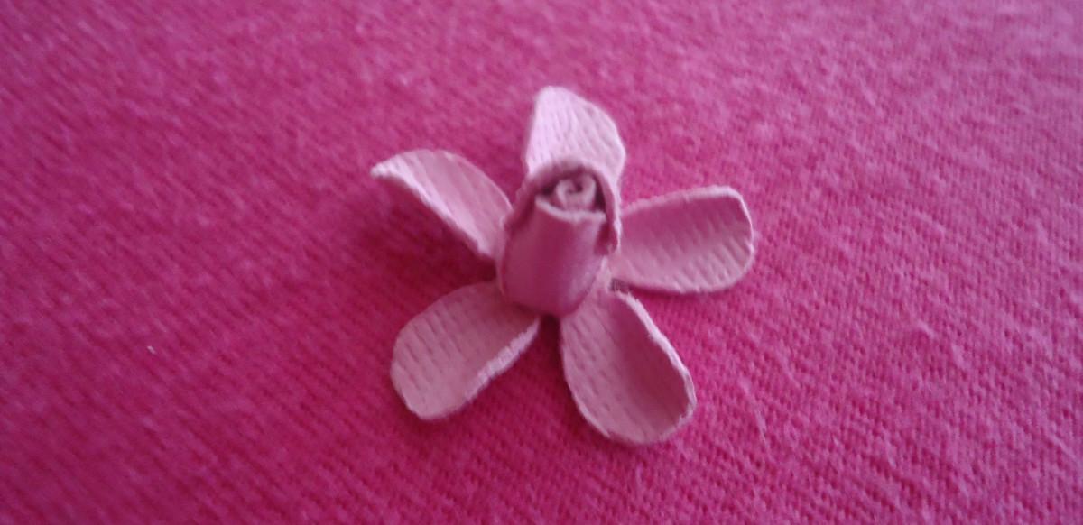 Клей середину розы вы сформированного на 2-й форме цветка, который вы свернувшись внутрь.