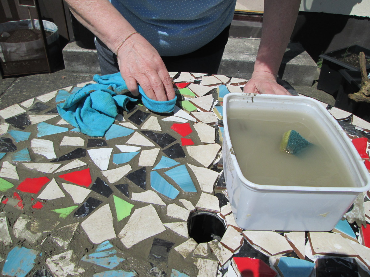 Cleaning the ceramic tiles of your mosaic table top