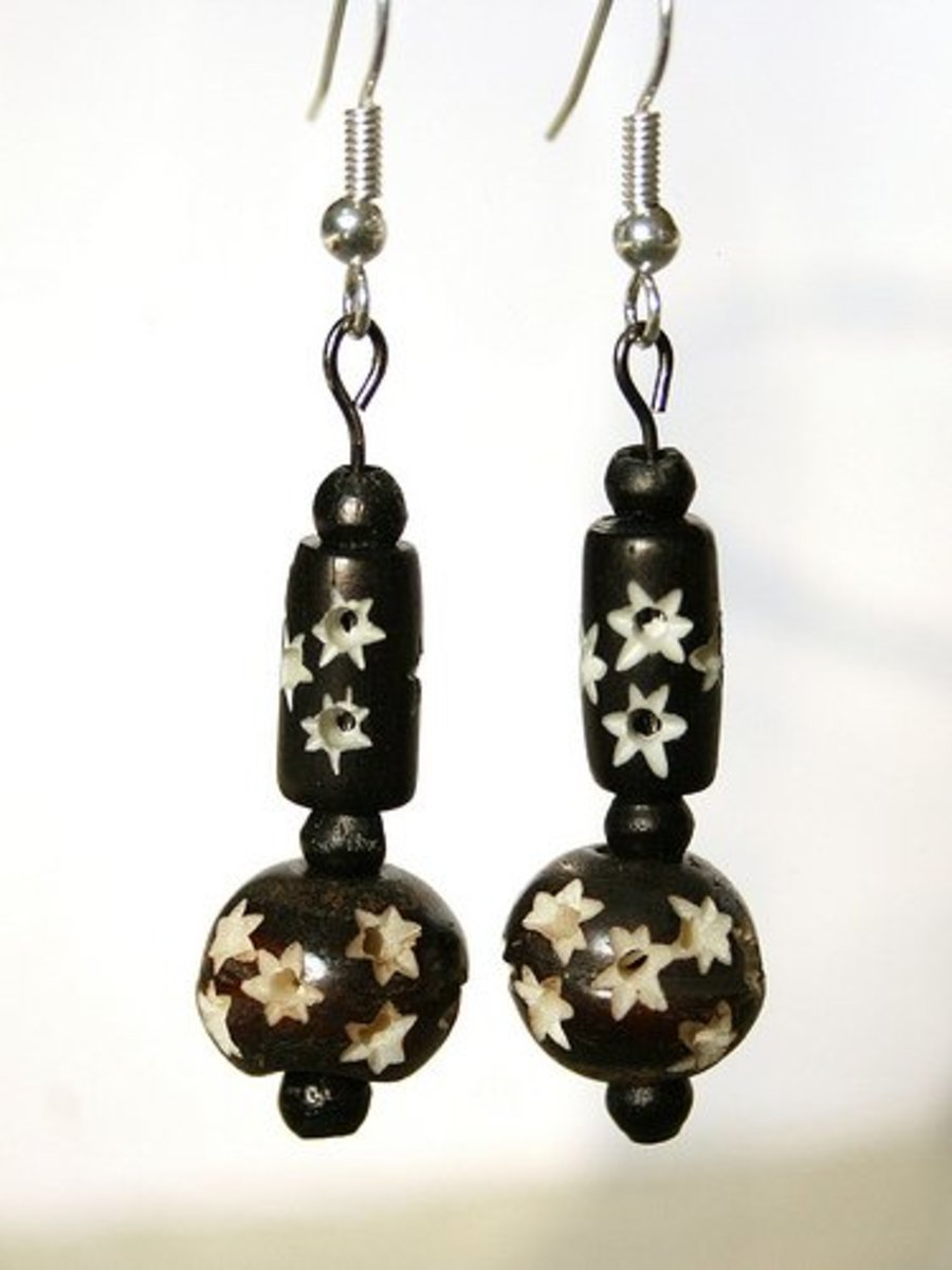Bone beads can be carved and dyed before use.