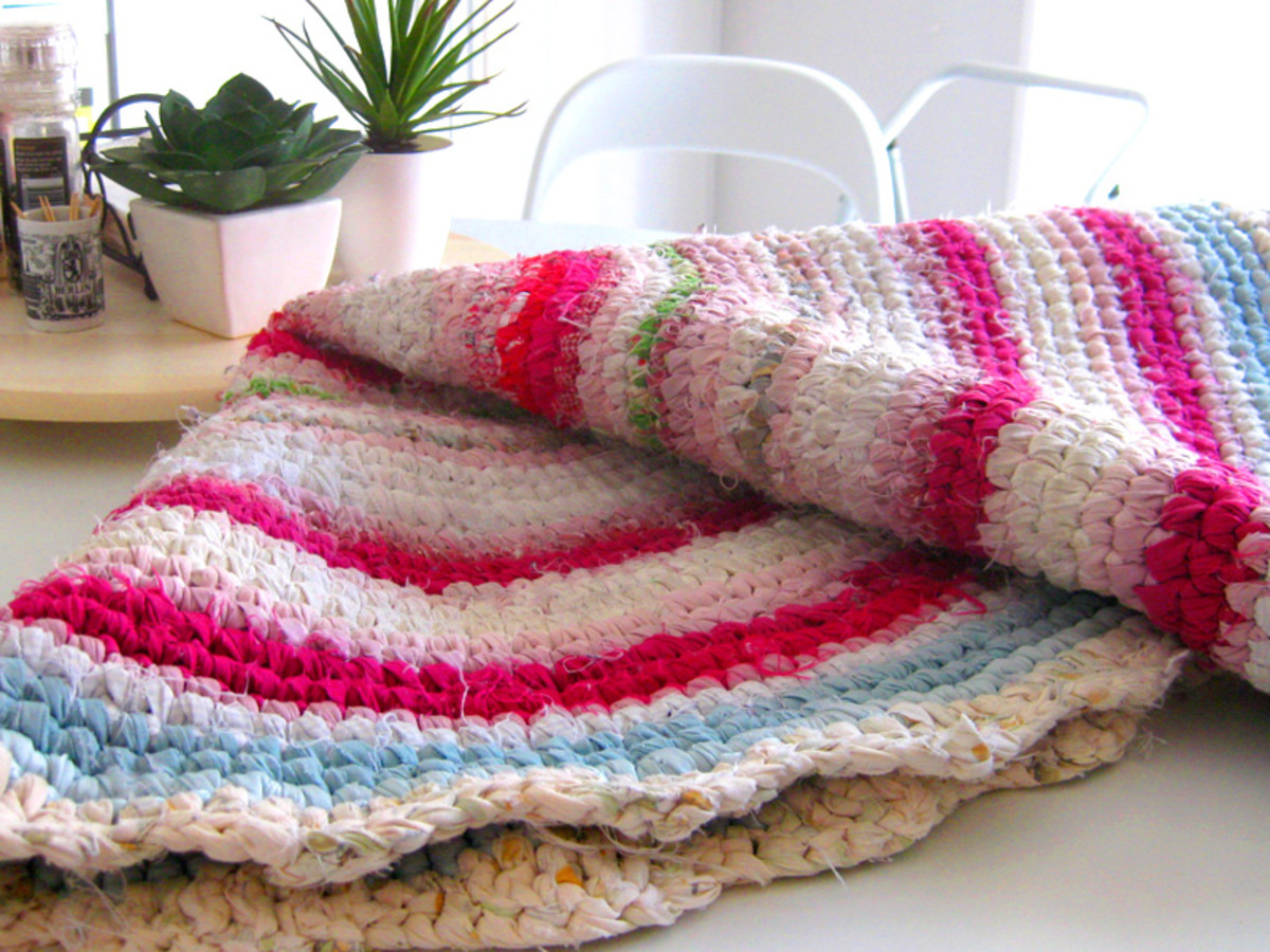 Another rag rug I have made, with a larger fabric width and a larger crochet hook. It didn't turn out as detailed as the main one in this tutorial.