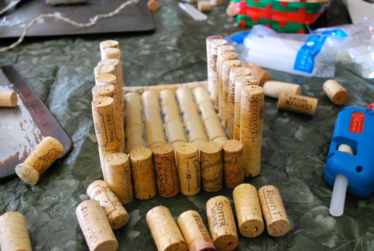 Recycle wine corks to make a birdhouse Wine cork birdhouse instructions