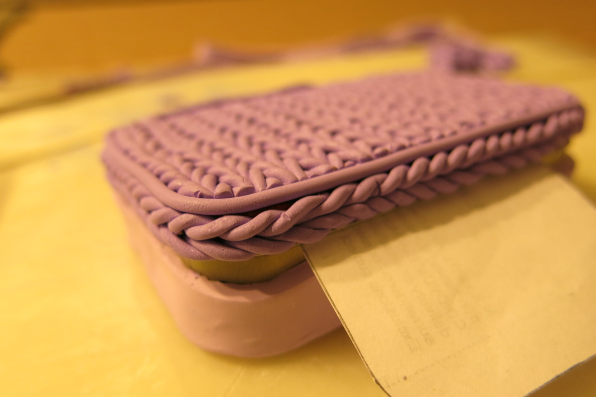 "Edge design of ""knit stitch"" box"