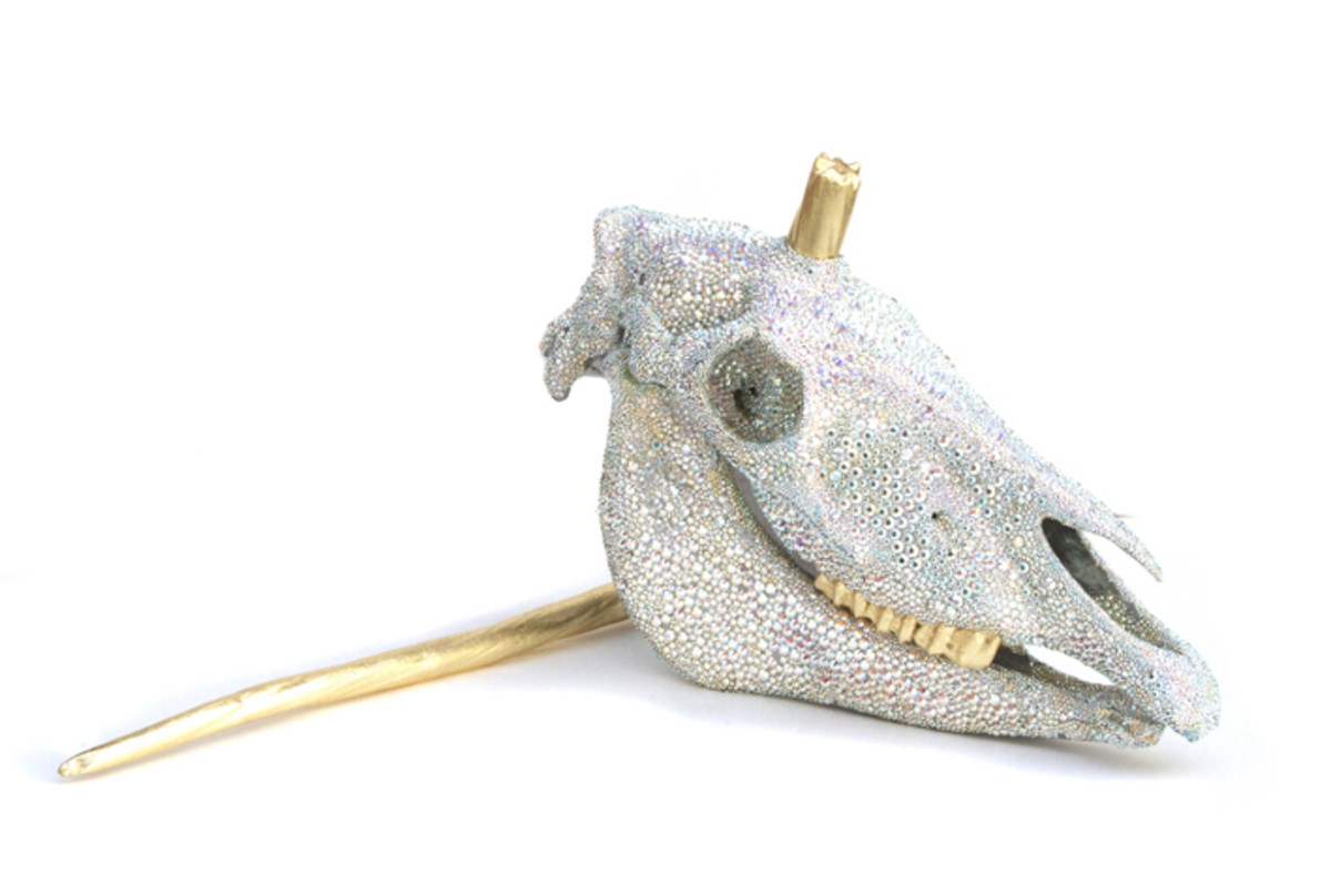 This sparkly unicorn skull with a broken horn brings the magic back into bejewelling!