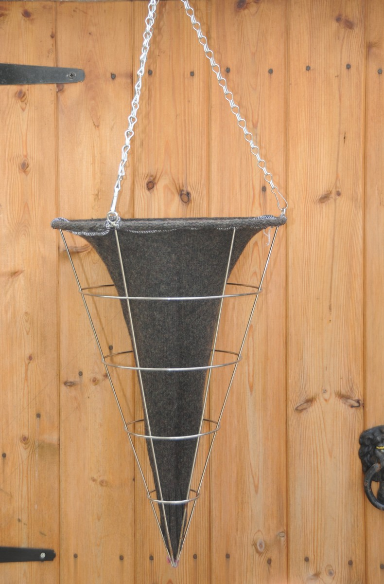 Attach the bottom of the woolen liner to the point of the wire basket