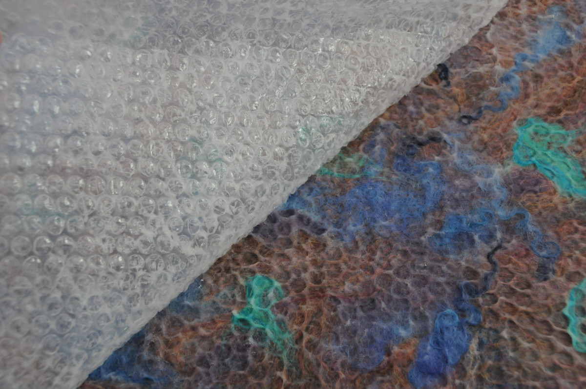 Cover the wet fibers with bubblewrap, wet the surface and rub well.