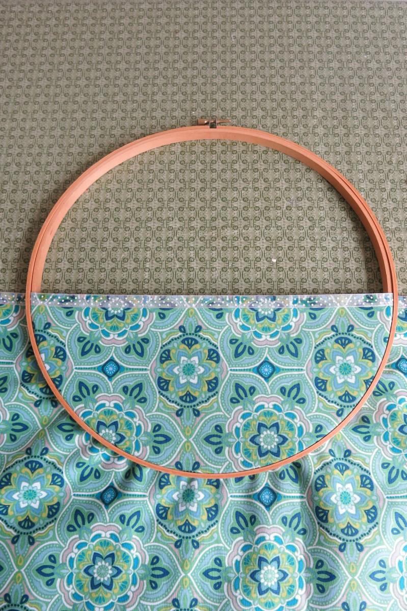 diy-craft-tutorial-no-sew-wall-pocket-wreath-with-flowers