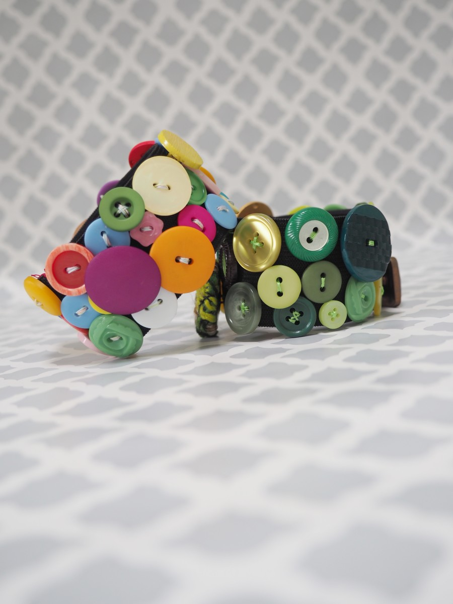 This elastic bracelet made with repurposed buttons is a fabulous addition to your wardrobe!  The best thing is that it's easy to make with this tutorial.
