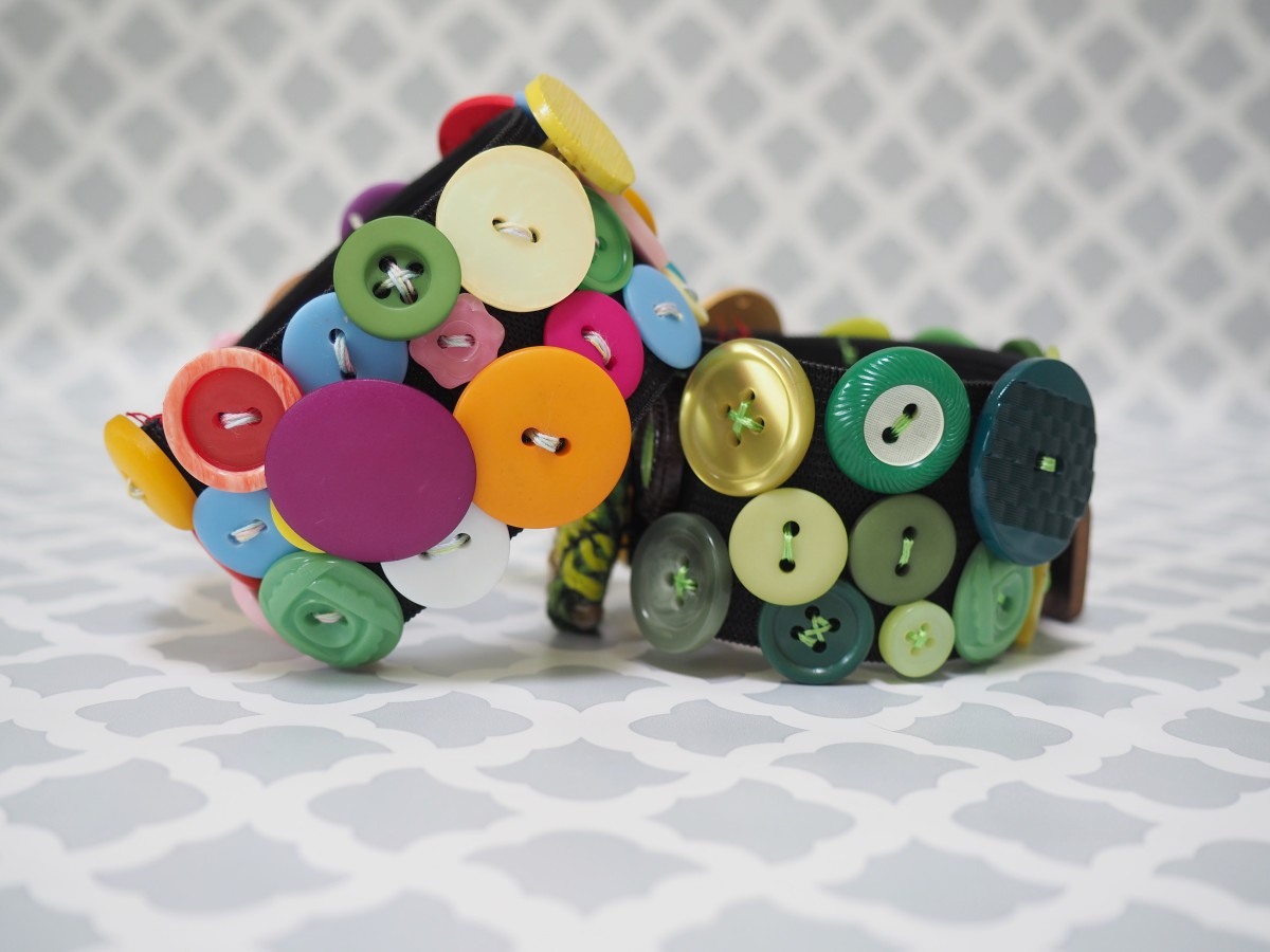 This button bracelet is easy to make and looks great with almost any outfit.