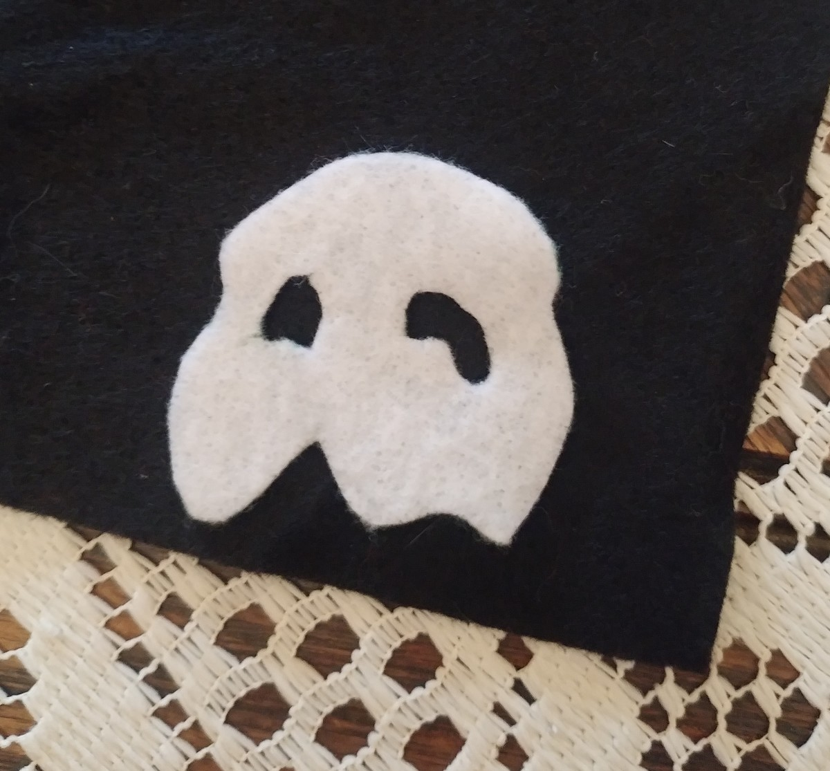 Cut the mask out of white felt.