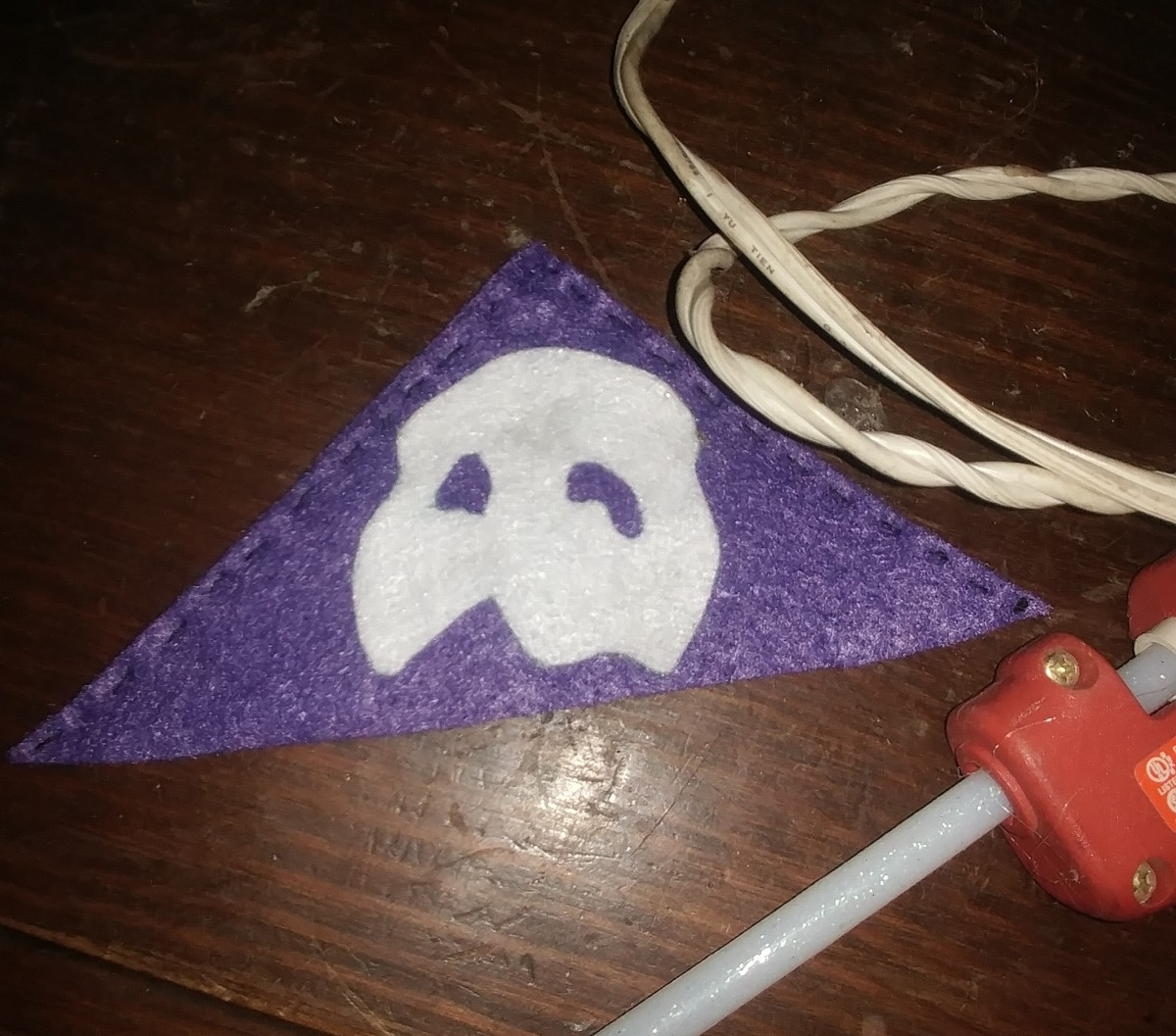 Hot glue Mask in the center of triangle.