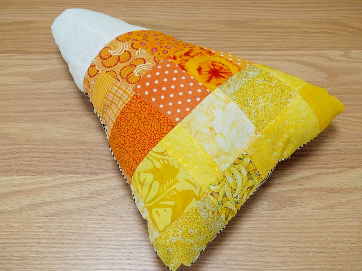 Easy-to-follow tutorial for this patchwork candy corn throw pillow.  Great project for quilters who have lots of fabric scraps.