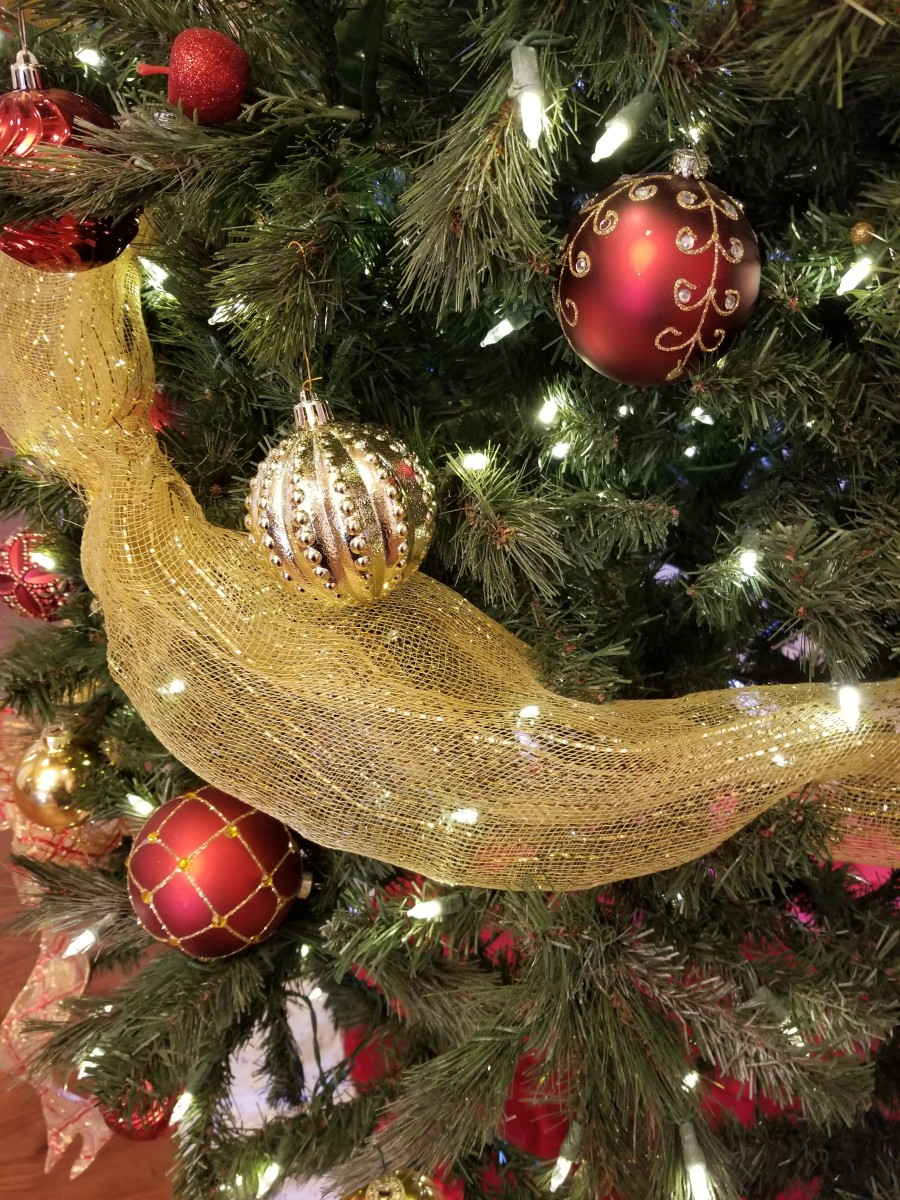 Use ribbon swags to separate the tree into sections. Swags of tulle or wide ribbons can divide your ancestors into family groupings on your tree.