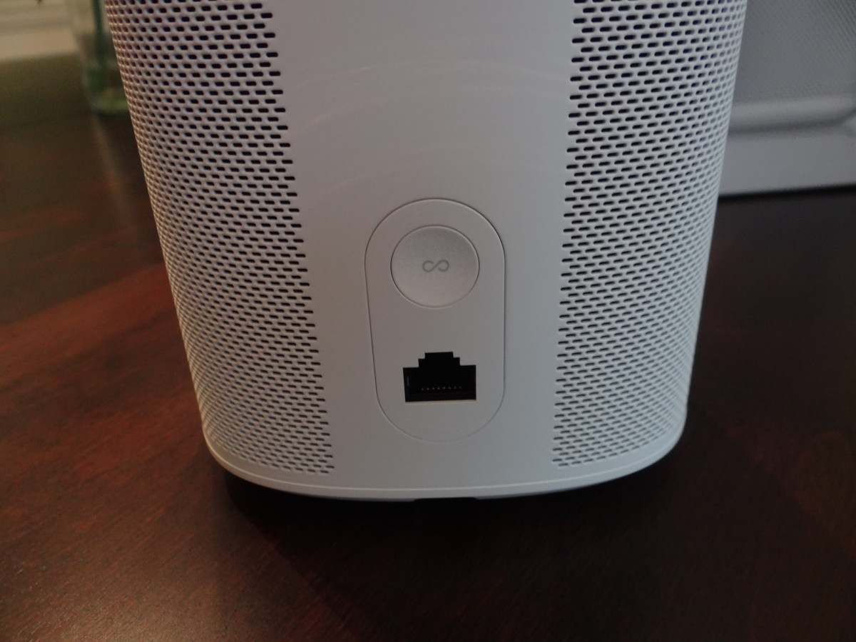 The back of Sonos one has a HDMI port, but no 'line in' for audio.