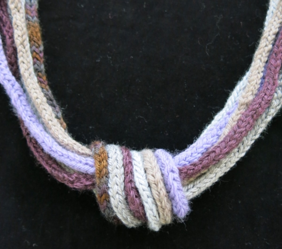 I made this necklace with one knot, but you can also try two or three knots.