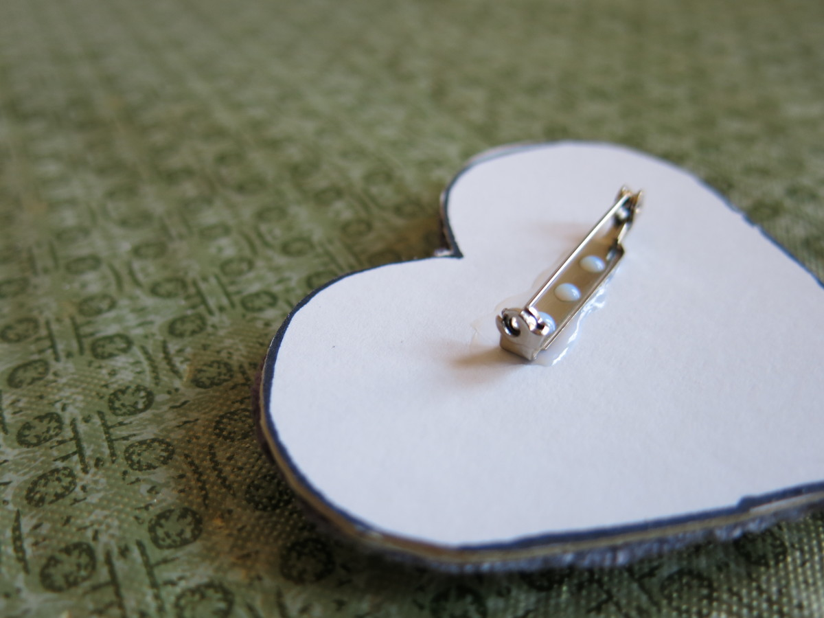 diy-jewelry-craft-heart-shaped-button-pin-brooch-or-pendant