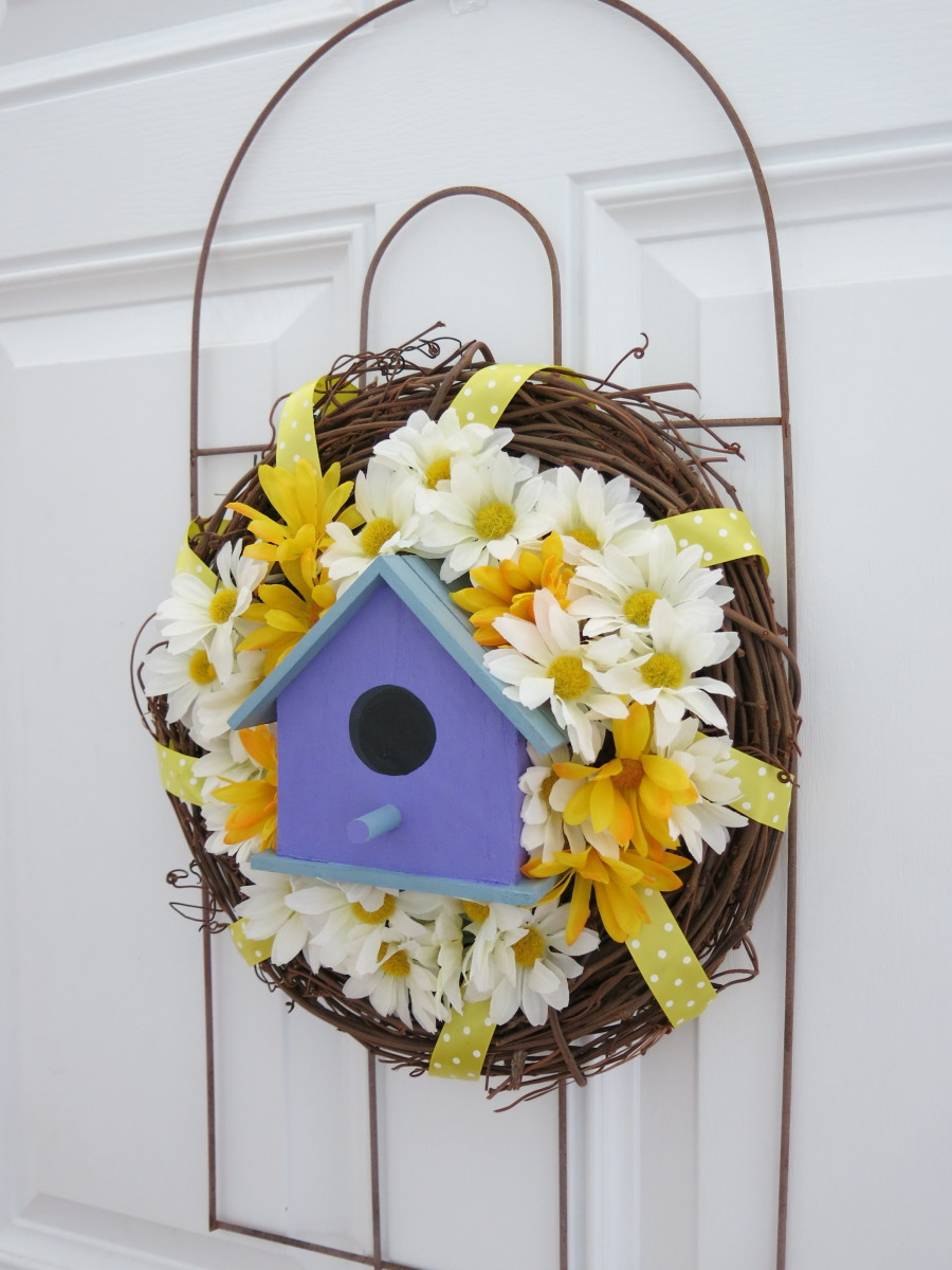 DIY garden-themed welcome wreath with bird house and flowers - it's easy!
