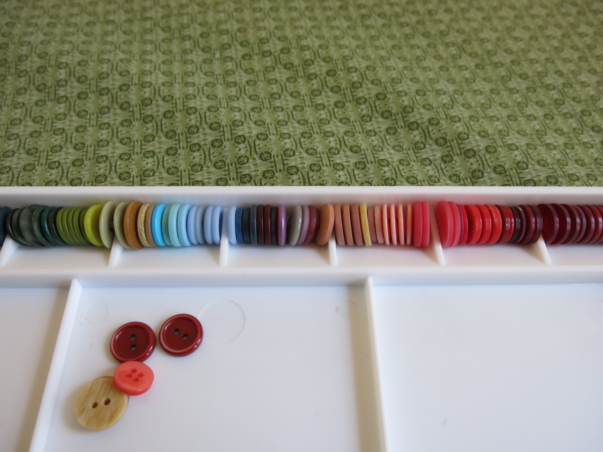 diy-jewelry-craft-how-to-make-an-ombre-necklace-with-buttons