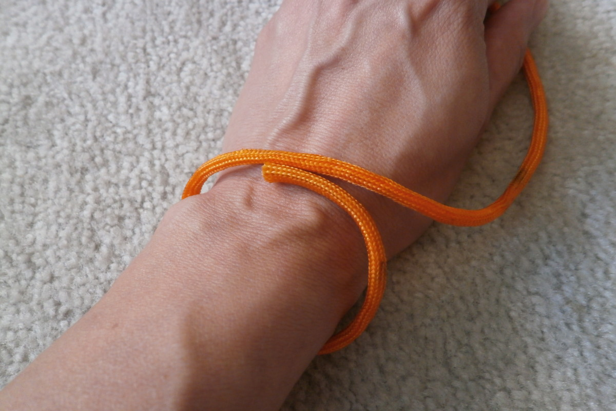 Wrap the paracord around the wrist snuggly