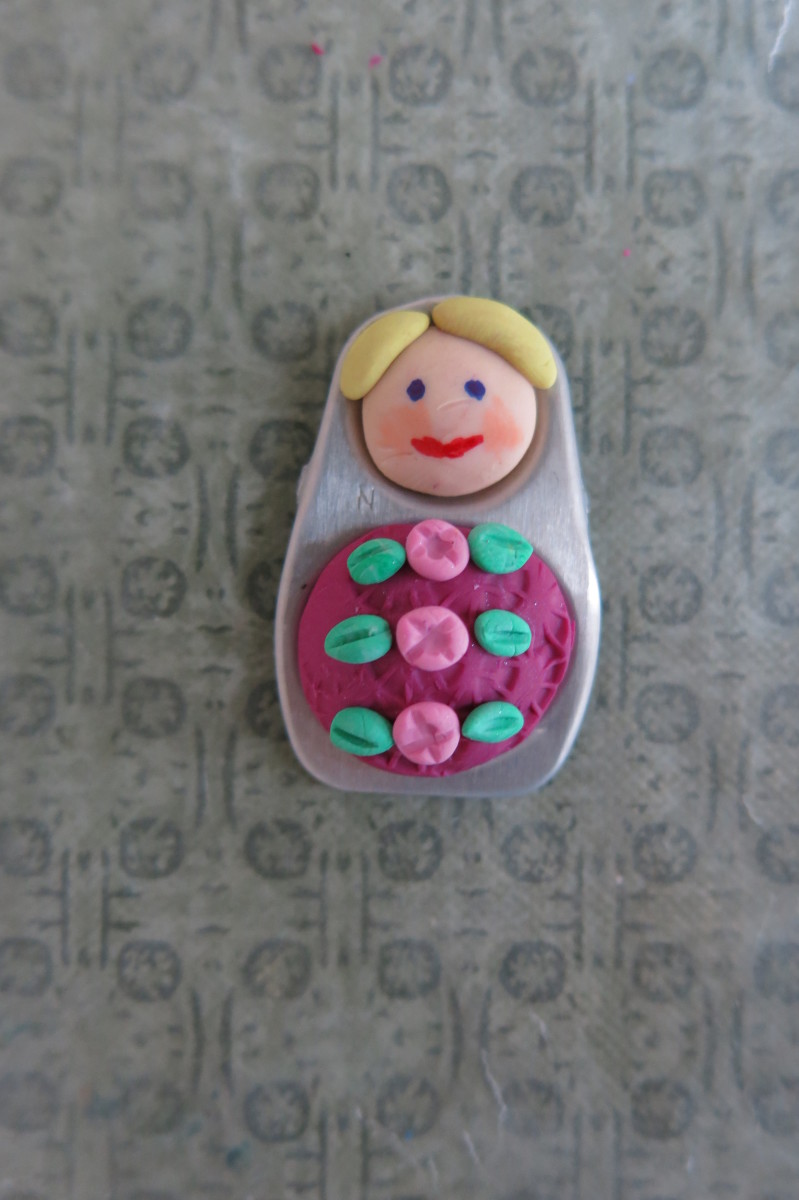 Making rose buds in polymer clay to decorate your doll