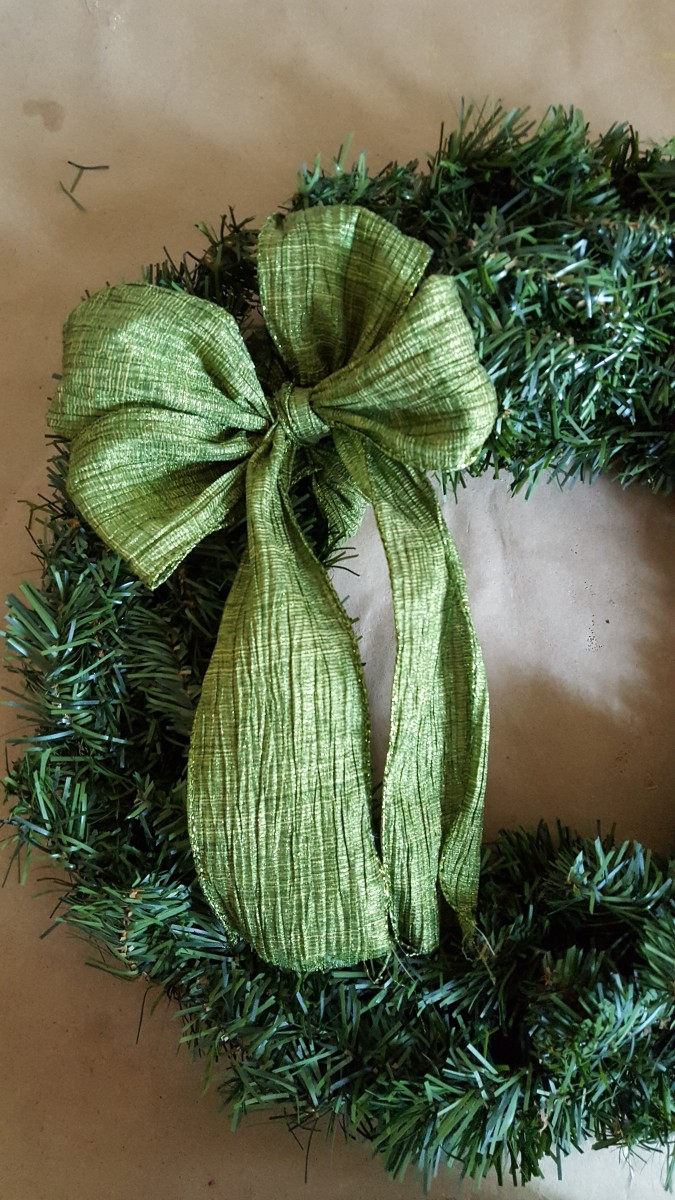 diy-craft-tutorial-an-easier-way-to-make-an-ornament-wreath-for-the-holidays