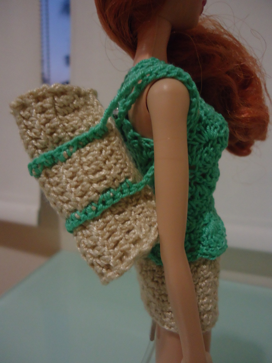 An alternative way to carry the Barbie Duffle Bag.