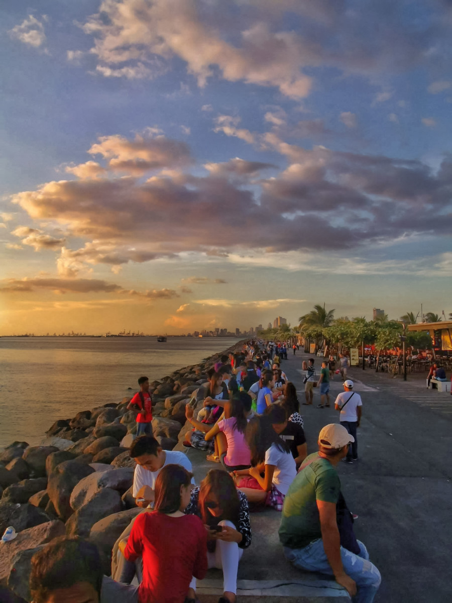 This was taken two years ago when I started photography. I went there to see the beautiful sunset. That baywalk is too long, about 2km and I only took one side of it. Can you imagine how many people were there?
