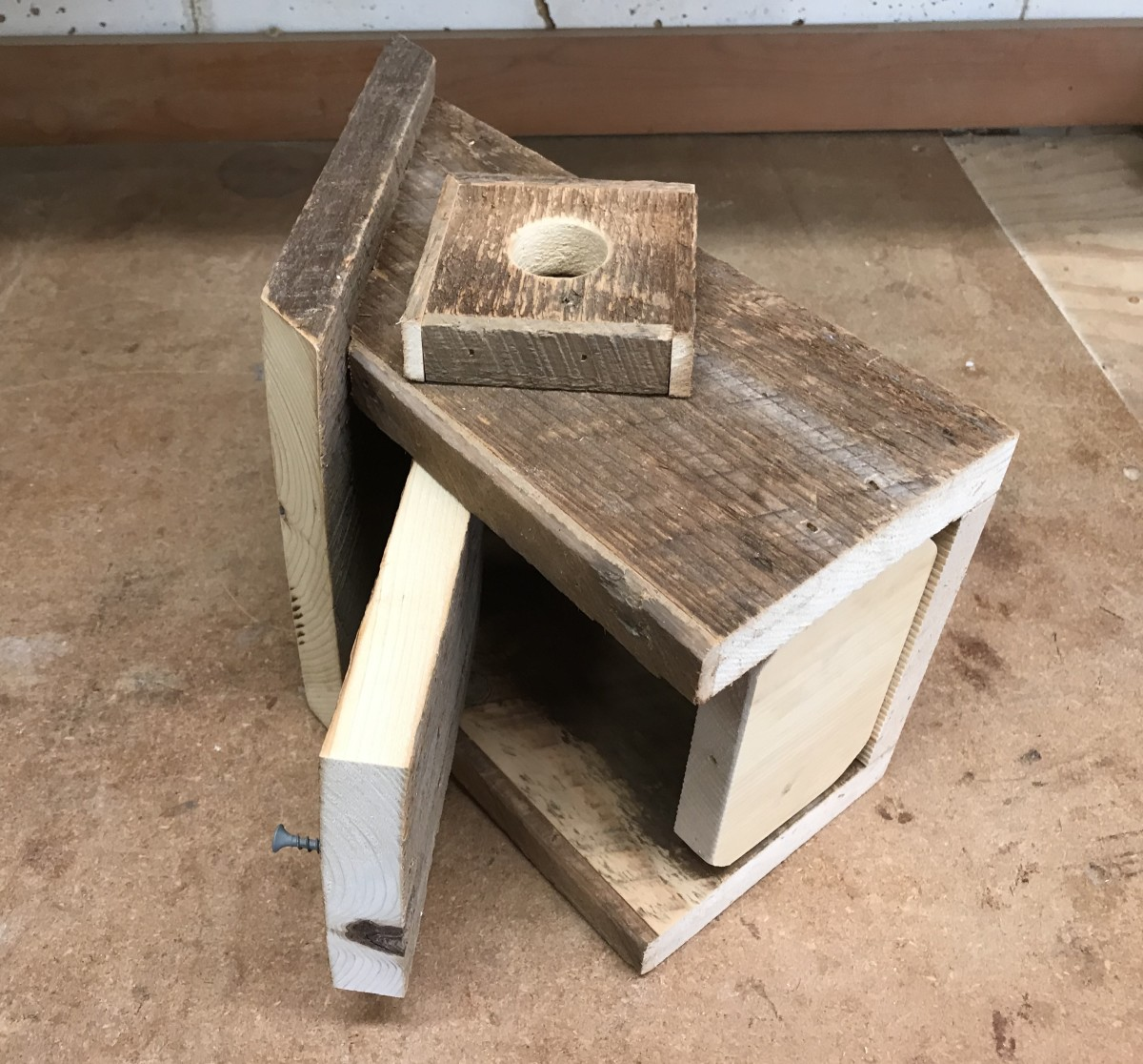 The swinging door. This pivoting door makes it easy to clean out the nest box.