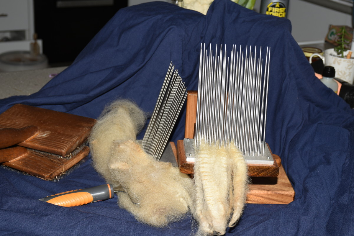 Carding equipment and uncarded and carded wool
