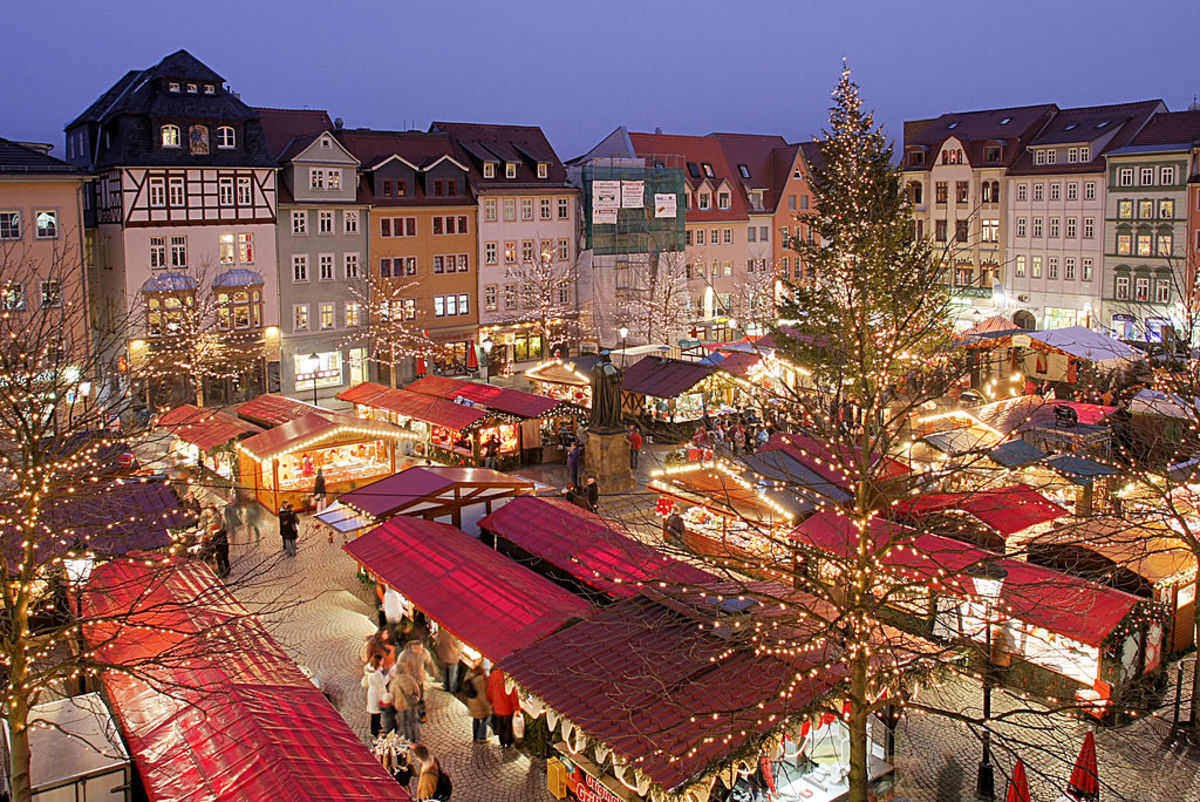 Tiny shops dot the streets in many towns where gifts can be purchased for Christmas. The Christkindlmarkt in Jena, Thuringia is popular among students in this university city.