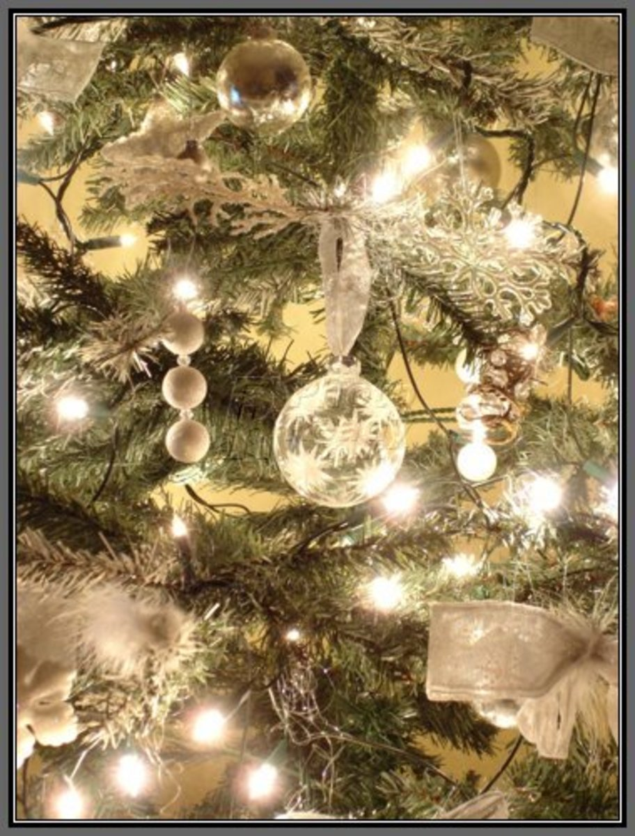 Christmas tree themes holidappy for Silver and gold christmas tree theme