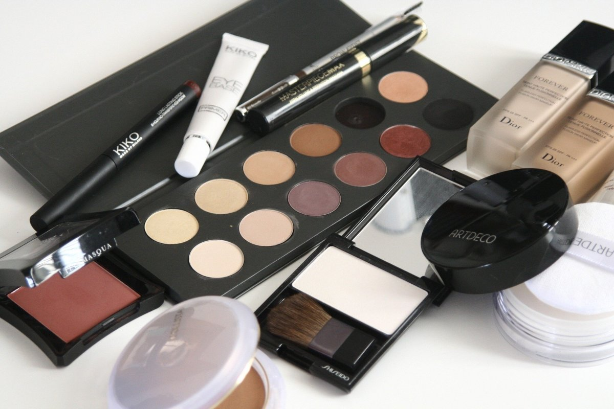 What Almost Every Teenage Girl Has On Her Birthday Wish List Is Makeup If You Are Sure Of The Brand Names And Colors Teenager Likes Can Easily