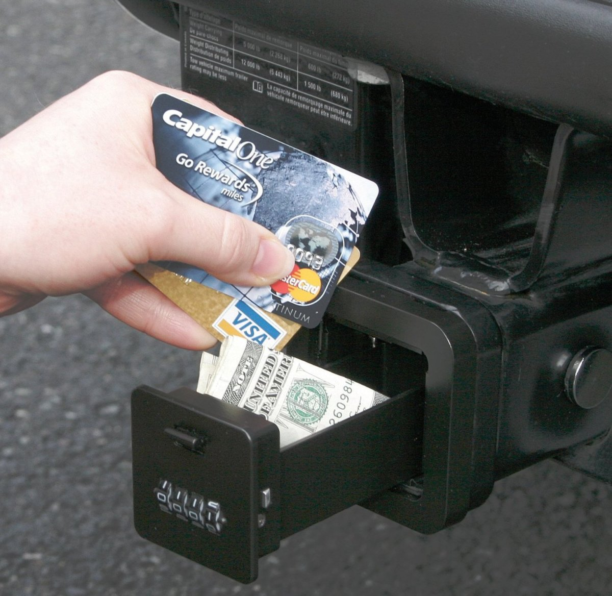 Everyone who hates carrying keys and cards in his pockets while doing sports would love this hitch safe.