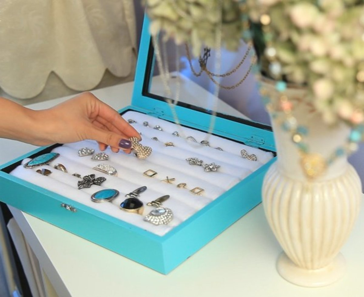This Tiffany & Co inspired jewelry box would make a nice homemade gift for a teen girl who has a lot of jewelry.