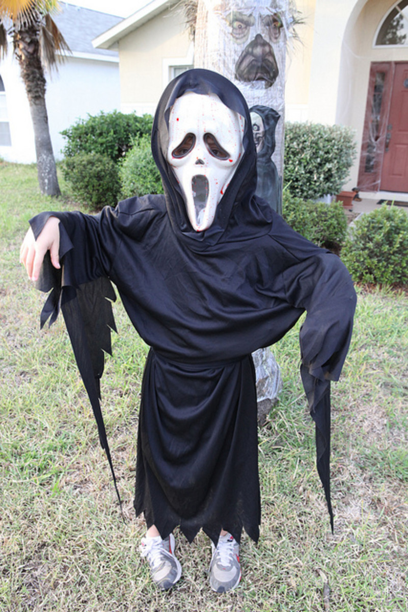 A scream mask and black clothing are simple and effective