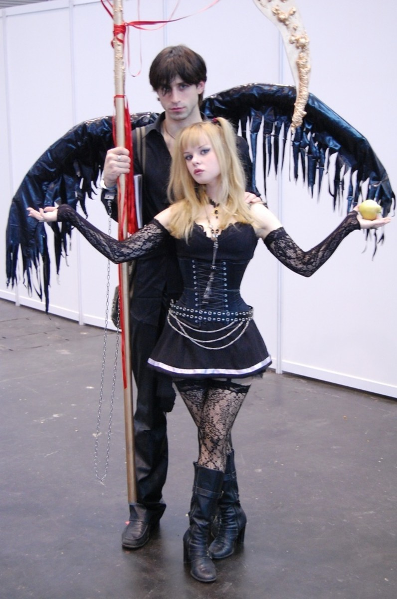 Misa Amane and Ryuk cosplayers.