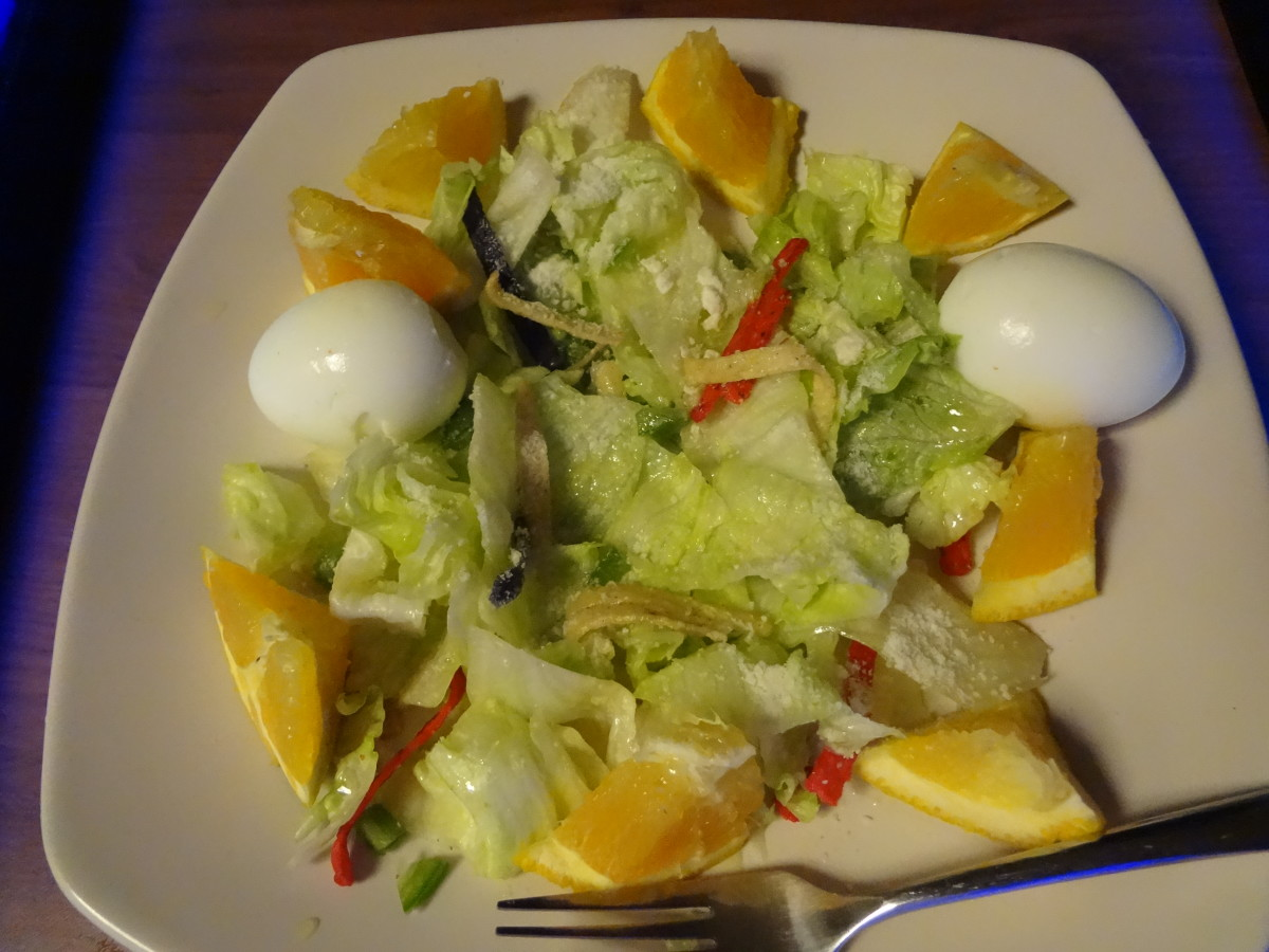The salad looks pretty normal in regular light.
