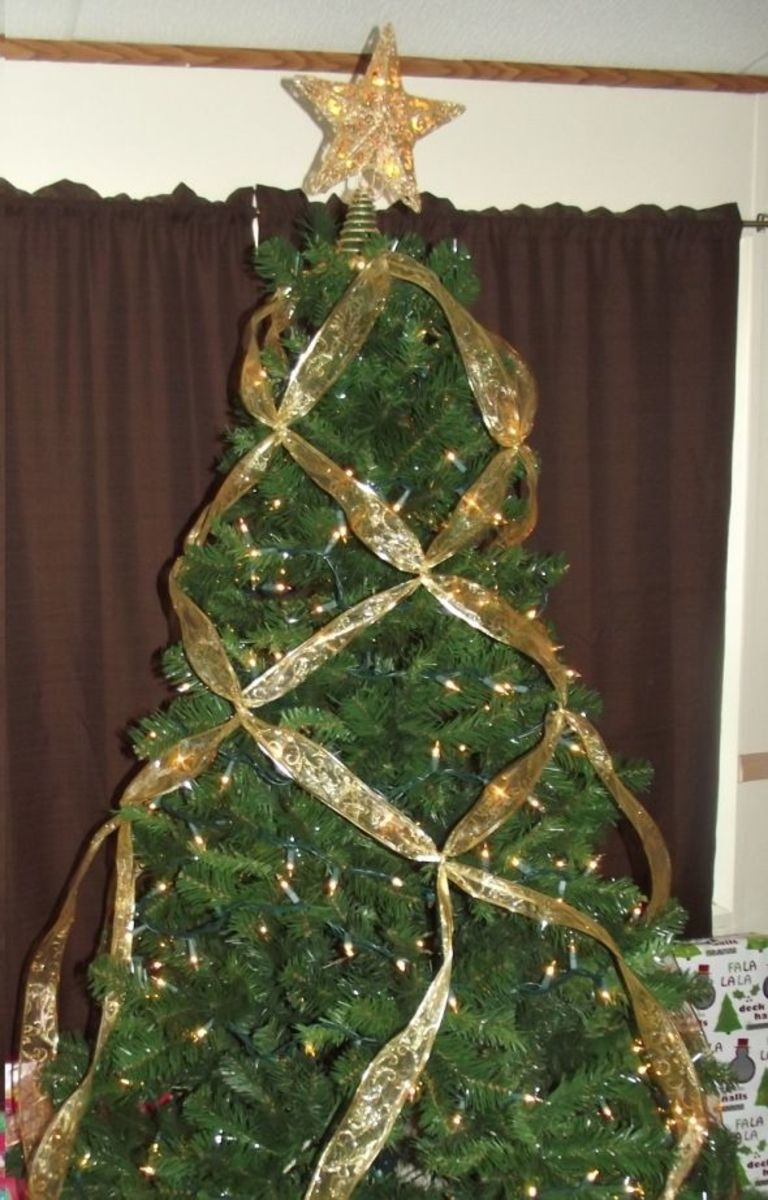 how to criss cross ribbons on a christmas tree holidappy. Black Bedroom Furniture Sets. Home Design Ideas