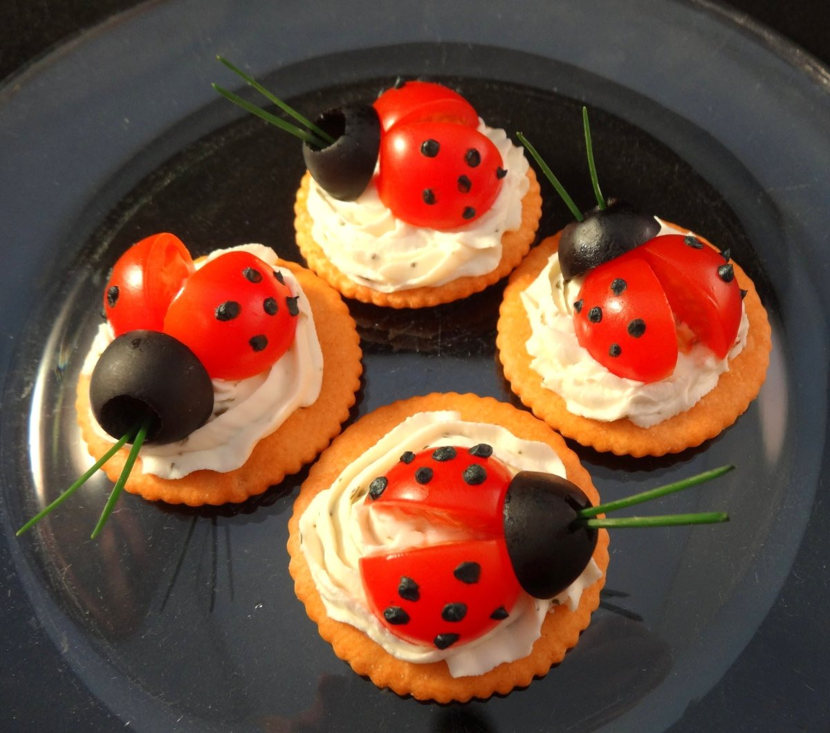 Top crackers with delightful ladybugs to impress your guests on Easter.