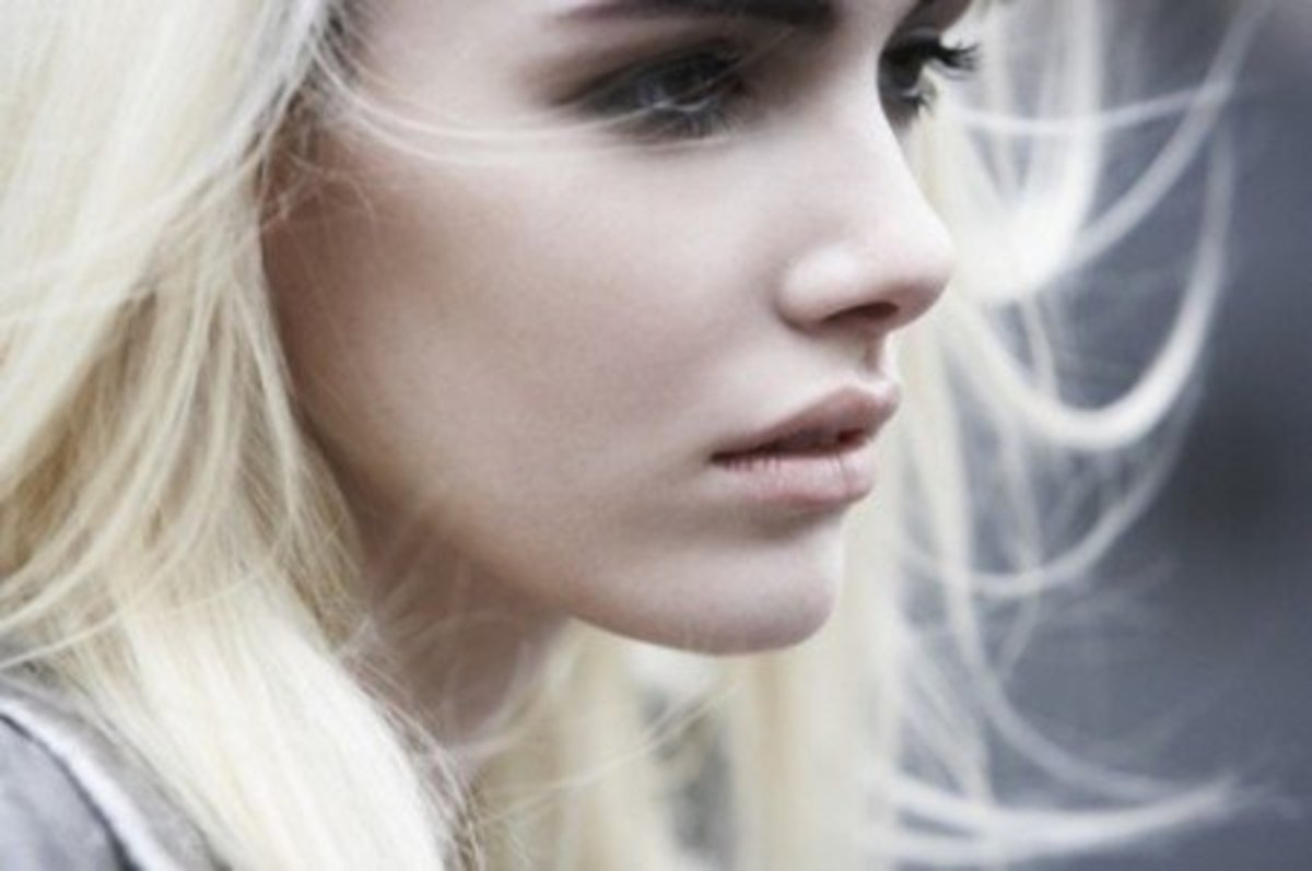 Luminous, pale skin + nude lips + a hint of smoothly blended brown & black eyeshadow does the trick.