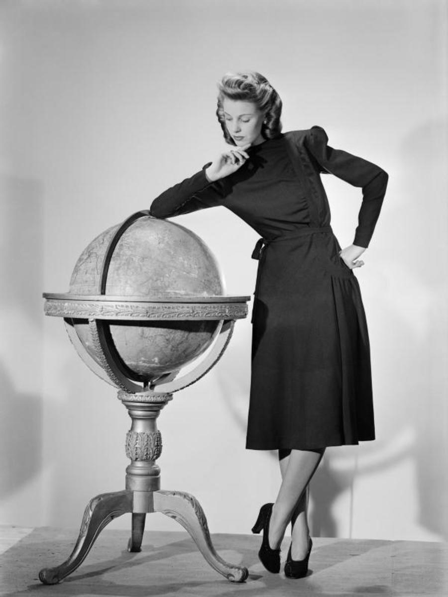 A model wearing a black woollen Utility Atrima dress in 1943 (public domain)