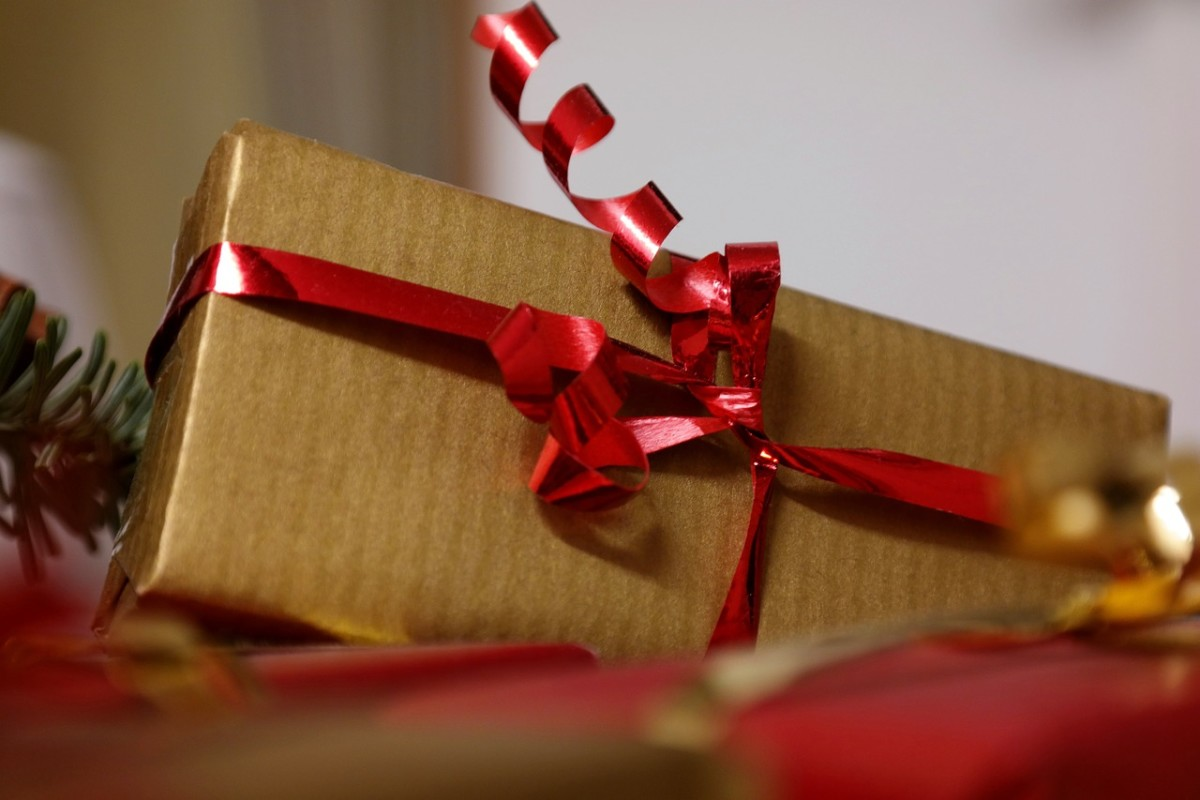 Are there any do's and don'ts for Christmas gift exchanges at work?