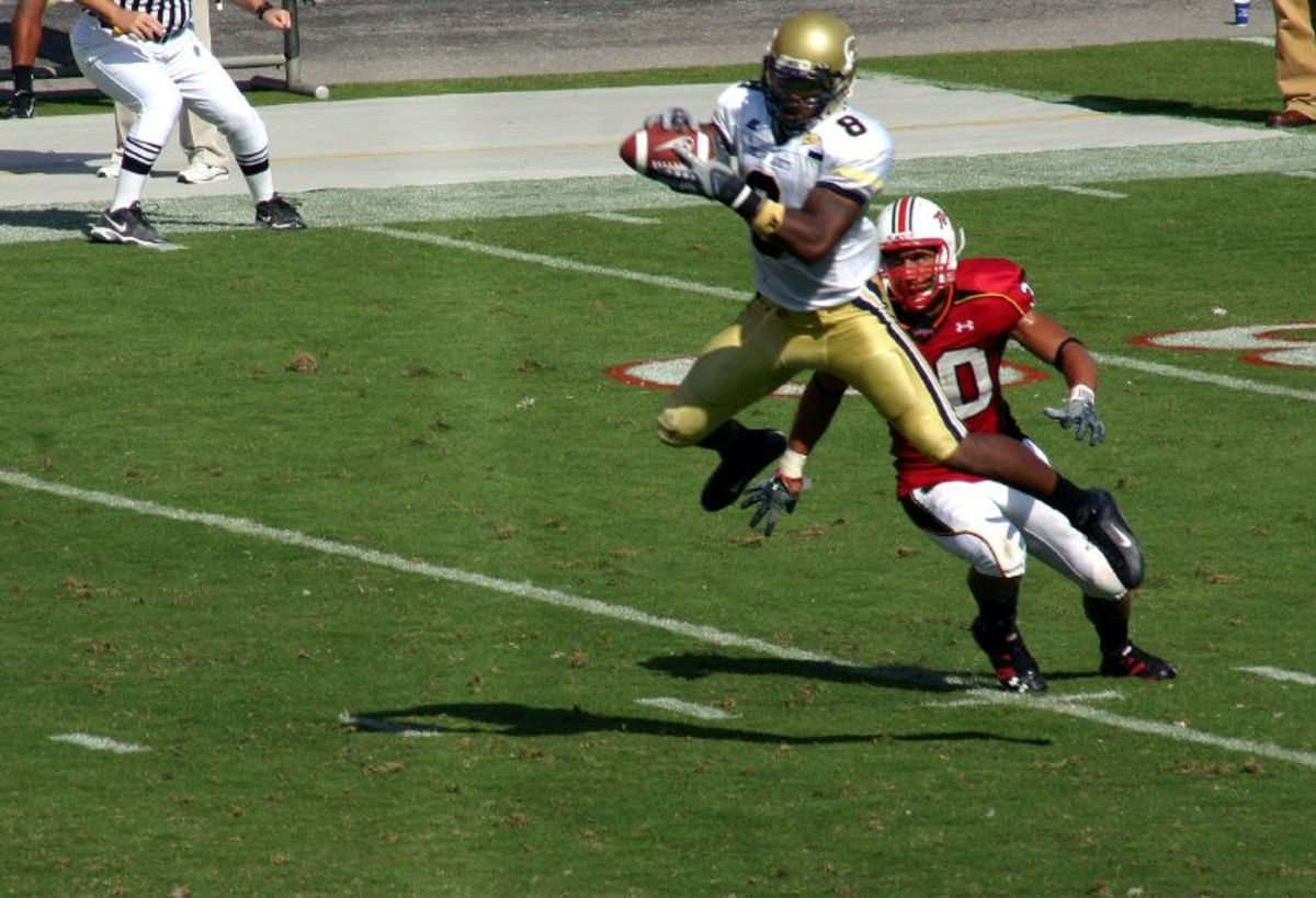 Thomas making a catch in a college game, 2007